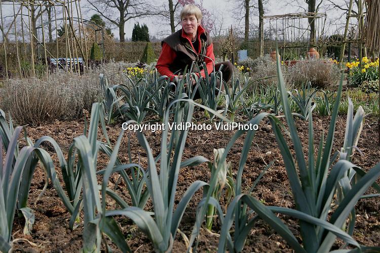 Foto: VidiPhoto..WOLFHEZE - Dineke Logtenberg van De Boschhoeve in Wolheze aan het werk in haar groententuin.