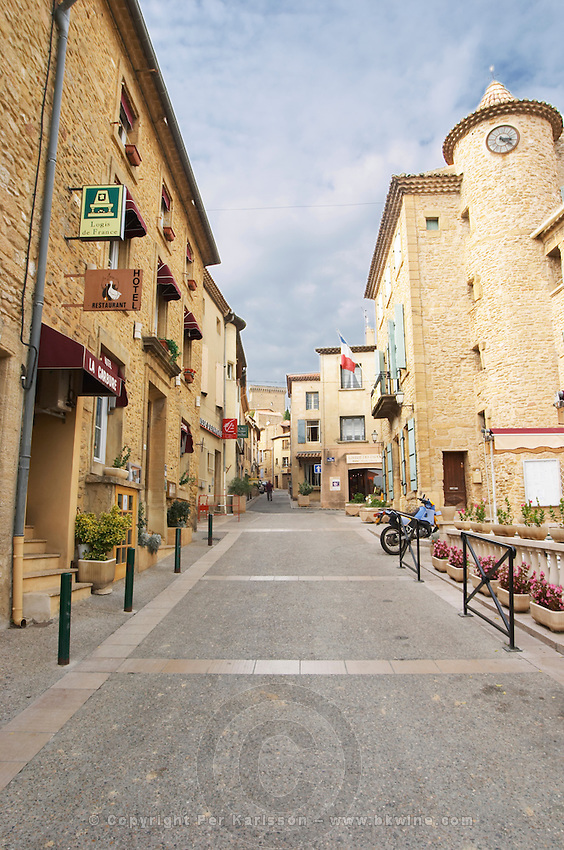 The main street in the village leading up to the ruins of the palace. Chateauneuf-du-Pape Châteauneuf, Vaucluse, Provence, France, Europe Chateauneuf-du-Pape Châteauneuf, Vaucluse, Provence, France, Europe