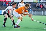 AMSTELVEEN -  Florian Fuchs (Bldaal) met Fergus Kavanagh (Adam)  tijdens de play-offs hoofdklasse  heren , Amsterdam-Bloemendaal (0-2).    COPYRIGHT KOEN SUYK
