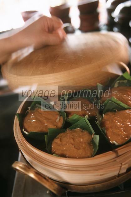 """Thailande/Bangkok: Cuisson des """"Hammo Pla"""" à la vapeur , recette à base de legumes, poissons crevettes et coco, cuisson dans des feuilles de bananier au restaurant """"The Market Place"""" de l'Hotel Marriott"""