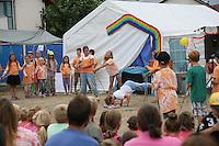 Stocktanz und Stockkampf wird präsentiert bei der Abschlussveranstaltung der Ferienspiele der Kinder- und Jugendförderung Trebur
