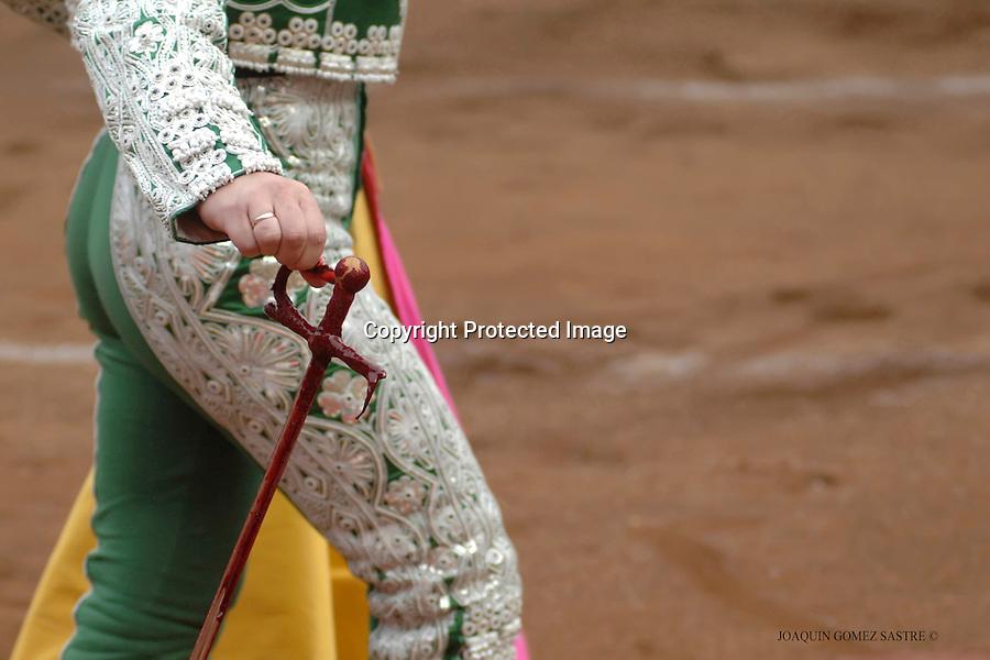 24 JULIO 2008 SANTANDER.  Un subalterno retira el estoque de matar lleno de sangre, en la feria de Santiago en la corrida del dia 24 julio..foto JOAQUIN GOMEZ SASTRE