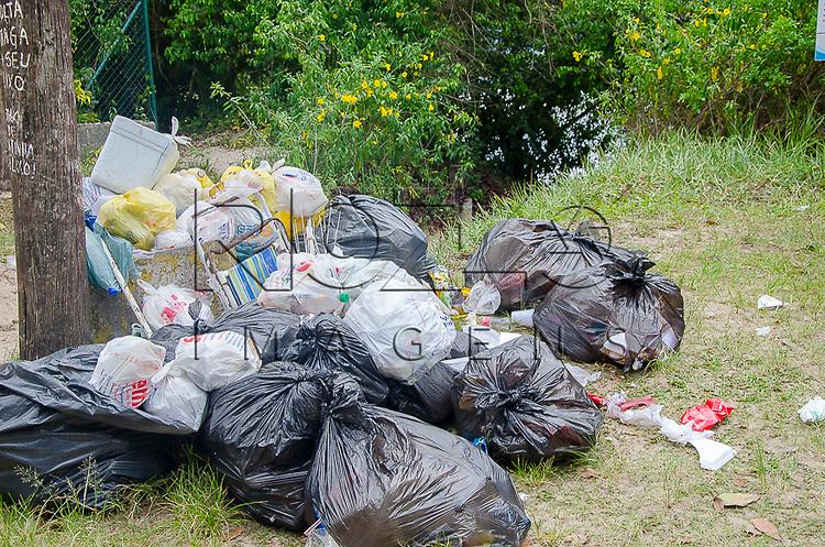 Lixo despejado ilegalmente, Bertioga-SP, 12/2014.