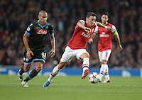 FUSSBALL   CHAMPIONS LEAGUE   VORRUNDE     SAISON 2013/2014    Arsenal London - SSC Neapel   01.10.2013 Mesut Oezil (re, Arsenal) enteilt Goekhan Inler (li, SSC Neapel)