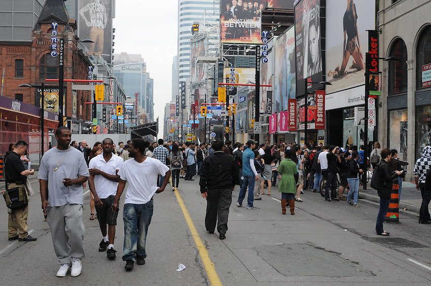 Toronto g20 protest onlookers survey the aftermath near American Apparel property damage vandalism Yonge Street