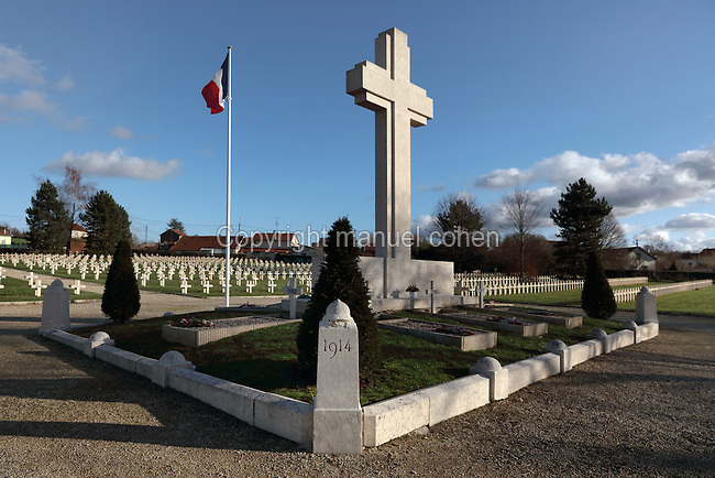 The Cross of Scrifice at the Faubourg Pave Cemetery, or French National Cemetery, one of the 19 cemeteries from the Battle of Verdun in World War One, Verdun, Meuse, Lorraine, France. The cemetery contains 4906 war graves from World War One and 600 French war graves from World War Two. This cemetery also houses the Carre des 7 Inconnus, or Square of the 7 Unknown, dedicated to unknown soldiers. Picture by Manuel Cohen