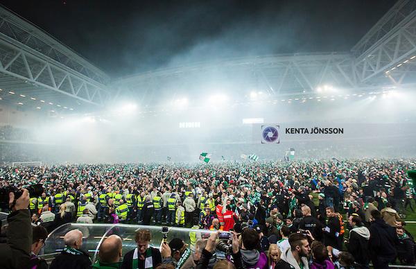 Stockholm 2014-11-02 Fotboll Superettan Hammarby IF - J&ouml;nk&ouml;pings S&ouml;dra IF :  <br /> Hammarbys supportrar med flaggor har samlats ute p&aring; planen p&aring; Tele2 Arena efter matchen mellan Hammarby IF och J&ouml;nk&ouml;pings S&ouml;dra IF <br /> (Foto: Kenta J&ouml;nsson) Nyckelord:  Superettan Tele2 Arena Hammarby HIF Bajen J&ouml;nk&ouml;ping S&ouml;dra IF J-S&ouml;dra jubel gl&auml;dje lycka glad happy supporter fans publik supporters utomhus exteri&ouml;r exterior