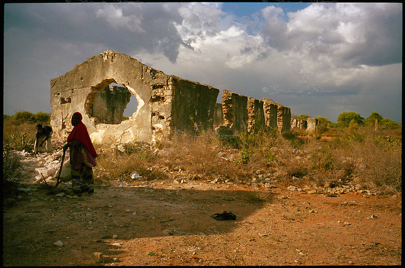 Baidoa, Somalia, March 2006.Thousands of 'drop-outs', semi-nomadic herdsmen are leaving the bush come and live in camps near villages as their livestock is decimated by a persistent drought, abandonning their traditional lifestyle.