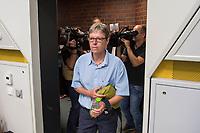 Prozess gegen die Berliner Gynaekologinnen Bettina Gaber und Verena Weyer am Freitag den 14. Juni 2019 vor dem Amtsgericht Berlin. Die Aerztinnen sollen auf ihrer Internetseite fuer Schwangerschaftsabbrueche geworben und damit gegen das Werbeverbot fuer Schwangerschaftsabbrueche verstossen haben. Bettina Gaber und Verena Weyer hatten auf ihrer Homepage ihrer Praxis angegeben, dass ein medikamentoeser, narkosefreier Schwangerschaftsabbruch zu den Leistungen gehoere.<br /> Im Bild: Verena Weyer auf dem Weg in den Gerichtssaal.<br /> 14.6.2019, Berlin<br /> Copyright: Christian-Ditsch.de<br /> [Inhaltsveraendernde Manipulation des Fotos nur nach ausdruecklicher Genehmigung des Fotografen. Vereinbarungen ueber Abtretung von Persoenlichkeitsrechten/Model Release der abgebildeten Person/Personen liegen nicht vor. NO MODEL RELEASE! Nur fuer Redaktionelle Zwecke. Don't publish without copyright Christian-Ditsch.de, Veroeffentlichung nur mit Fotografennennung, sowie gegen Honorar, MwSt. und Beleg. Konto: I N G - D i B a, IBAN DE58500105175400192269, BIC INGDDEFFXXX, Kontakt: post@christian-ditsch.de<br /> Bei der Bearbeitung der Dateiinformationen darf die Urheberkennzeichnung in den EXIF- und  IPTC-Daten nicht entfernt werden, diese sind in digitalen Medien nach §95c UrhG rechtlich geschuetzt. Der Urhebervermerk wird gemaess §13 UrhG verlangt.]