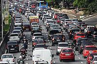ATENCAO EDITOR: FOTO EMBARGADA PARA VEICULOS INTERNACIONAIS. SAO PAULO, SP, 03 DE DEZEMBRO DE 2012 - Transito intenso na Avenida 23 de Maio, regiao do Paraiso, na manha desta segunda feira, 03.FOTO: ALEXANDRE MOREIRA - BRAZIL PHOTO PRESS.