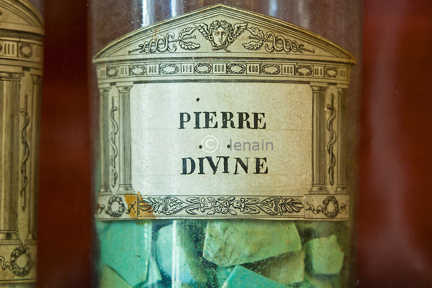 France, Côte-d'Or (21), Beaune, Hospices de Beaune, Hôtel-Dieu, flacon en verre dans la pharmacie ou apothicairie, ici de la pierre divine utilisée comme colyre contre les inflammations occulaires (utilisation presse et édition livre uniquement avec mention obligatoire Hospices de Beaune) // France, Cote d'Or, Hospices de Beaune, Hotel Dieu, glass bottles in the pharmacy or apothecary (Obligatory mention of Hospices de Beaune. Only use for press and books, other use require the prior agrees of the owner.