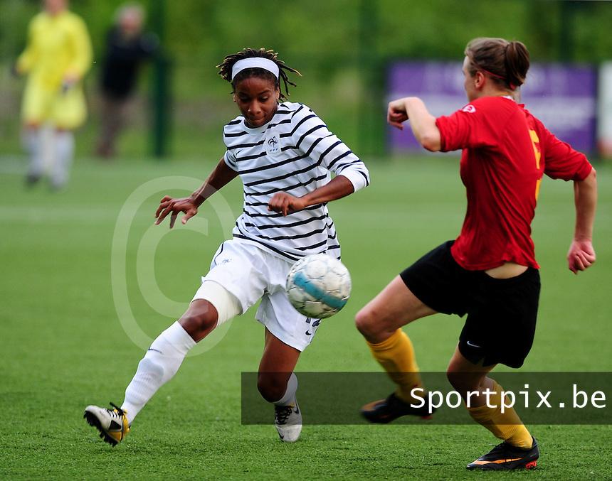 Vriendschappelijke interland vrouwenvoetbal : Belgium A - France A te Nieuwpoort ;..Elodie Thomis aan de bal voor Lorca Van De Putte..foto DAVID CATRY / Vrouwenteam.be