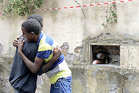 Roma, 13 Giugno 2015<br /> Vi Tiburtina.<br /> Centinaia di migranti hanno trovato rifugio nel centro di accoglienza Baobab di Via Cupa e nelle vie limitrofe.<br /> Due giovani si incontrano e si abbracciano