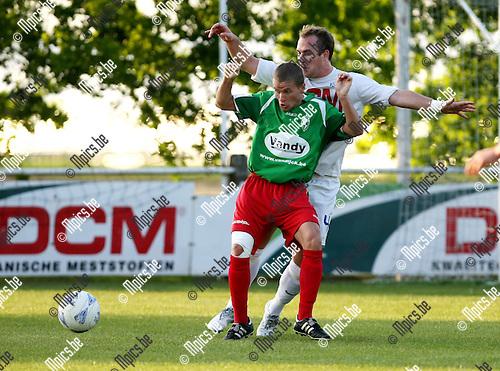 2010-05-20 / Voetbal / Katelijne - Houtvenne / Peter Nijs (Houtvenne) met Sam Vermeulen in de rug..Foto: mpics