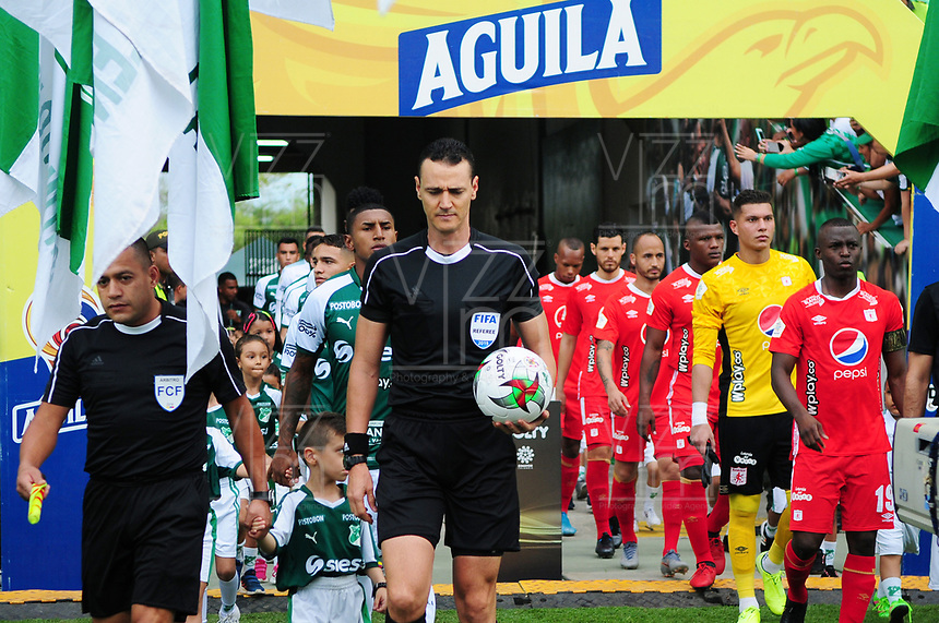 PALMIRA - COLOMBIA, 06-10-2019: Wilmar Roldan, arbitro, durante partido entre Deportivo Cali y América de Cali por la fecha 15 de la Liga Águila II 2019 jugado en el estadio Deportivo Cali de la ciudad de Palmira. / Wilmar Roldan, referee, during match between Deportivo Cali and America de Cali for the date 11 as part Aguila League II 2019 played at Deportivo Cali stadium in Palmira city. Photo: VizzorImage / Nelson Rios / Cont