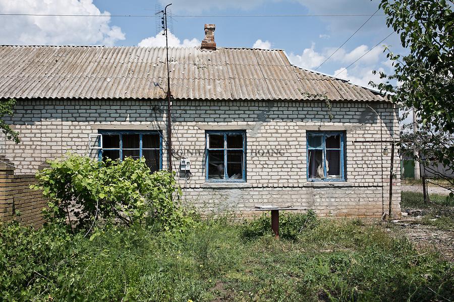 UKRAINE: Shyrokyne frontline, a house damaged by shelling near the first line of defense of the Ukrainian army. <br /> <br /> UKRAINE: Shyrokyne frontline, une maison endommag&eacute;e par les bombardements pr&egrave;s de la premi&egrave;re ligne de d&eacute;fense de l'arm&eacute;e ukrainienne.