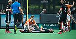 BLOEMENDAAL   - Hockey -  3e en beslissende  wedstrijd halve finale Play Offs heren. Manu Stockbroekx (Bldaal) met Valentin Verga (A'dam) .      Amsterdam plaats zich voor de finale.  COPYRIGHT KOEN SUYK