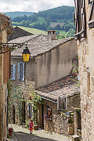 France, Midi-Pyrénées, Tarn (81), Penne: Ruelle du village médiéval  // France, Midi Pyrenees, Tarn,  Penne : Typical streets in the medieval village