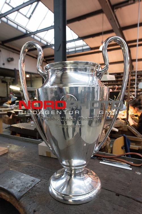 20.01.2014, Schuppen 2, Bremen, NOR_20140120_nph001.NEF, <br /> in der Silbermanufaktur in Bremen werden jedes Jahr die Pokale der Champions Leaque, Meisterschale und der DFB Pokal kopiert, damit sie bei den Vereinen in den Vitrinen stehen k&ouml;nnen. Abr auch die Original kommen nach Bremen wo sie repariert werden oder erg&auml;nzt werden<br />  Champions Leaque (Kopie) <br /> <br /> Foto &copy; nordphoto / Kokenge