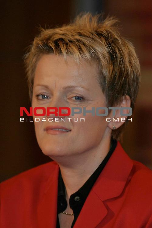 Foto Call zur ZDF-Talkshow Johannes B. Kerner, Ausstrahlung Di., 05.10.2004<br /> Gruenen-Politikerin, Verbraucherministerin Renate Kuenast (rept. KŁnast)<br /> Foto &copy; nordphoto / Volker Sarbach<br />  *** Local Caption *** Foto ist honorarpflichtig! zzgl. gesetzl. MwSt.<br />  Belegexemplar erforderlich<br /> Adresse: nordphoto<br /> Georg-Reinke-Strasse 1<br /> 49377 Vechta