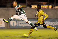 MEDELLIN -COLOMBIA, 05-12-2013. Carlos Arboleda (Der.)de Itagüí disputa el balón con Fernando Uribe (Izq.) de  Atlético Nacional durante partido por la fecha 5 de los cuadrangulares finales de la Liga Postobón II 2013 jugado en el estadio Metroplitano Ciudad de Itagüí./ Carlos Arboleda (R) of Itagüi fights for the ball with Fernando Uribe (L) of Atletico Nacional during match for the fifth date of final quadrangulars of the Postobon League II 2013 played at Metropolitano Ciudad de Itagüi. Photo: VizzorImage/Luis Rios/STR