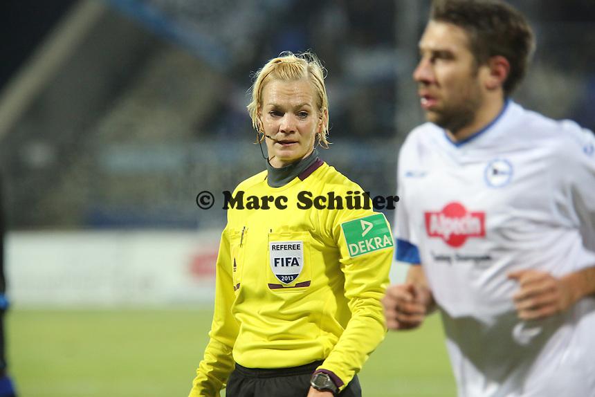 Bibiana Steinhaus schaut sich den Spieler ganz genau an - FSV Frankfurt vs. Arminia Bielefeld, Frankfurter Volksbank Stadion