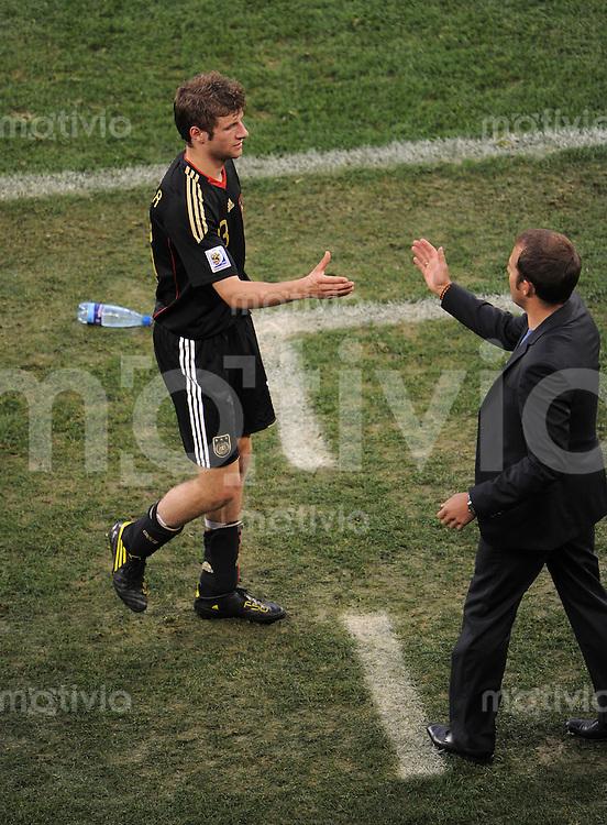 FUSSBALL WM 2010    VIERTELFINALE  03.07.2010 Argentinien - Deutschland Thomas MUELLER (li, Deutschland) klatsch  Co- Trainer Hans Dieter Flick (Deutschland)  ab