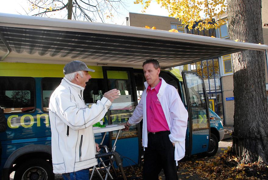 Driebergen , 28okt 2009.Connexxion geeft informatie over de nieuwe ovchipkaart aan bejaarde man met rollator.  . Foto: (c) Renee Teunis