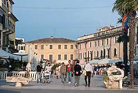 Italy, Veneto, Lake Garda, Lazise, small harbour at East Bank of Lake Garda: Piazza Vittorio Emanuele / Italien, Venetien, Gardasee, Lazise, kleiner Hafen am Ostufer des Gardasees: Piazza Vittorio Emanuele