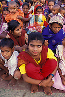 Bangladesh, Chittagong, 26 Januari 1991..Meisjes in hun beste kleding op een dorpsbijeenkomst...Girls in their best clothes at a village meeting...Photo by Kees Metselaar