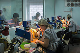 Arbeiter in einer Schmuckwerkstatt in Jantarny, Region Kaliningrad. /<br />