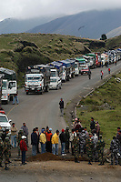 Indigenas bloquean la  carretera en Pallatanga, provincia de Chimborazo, en protesta contra del TLC  , Tratado de Libre Comercio con Estados Unidos.+indio, alca+Indigenous demonstrators block the road in Pallatanga, Chimborazo, in protest against the Free trade Agreement with the United States, TLC.+indian, alca