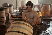 Europe/France/Poitou-Charentes/16/Charente/Cognac/Tonnellerie Seguin Moreau: Pose des barres [Non destiné à un usage publicitaire - Not intended for an advertising use]<br /> PHOTO D'ARCHIVES // ARCHIVAL IMAGES<br /> FRANCE 1990