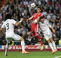 Madrid, Spain, 23/04/14.- Real Madrid's Daniel Carvajal and Bayern Munich's Mario Mandzukic during Champions League semifinal's 1st match at Santiago Bernabeu Stadium.<br />  <br /> Photo: Cesar Cebolla / ALFAQUI