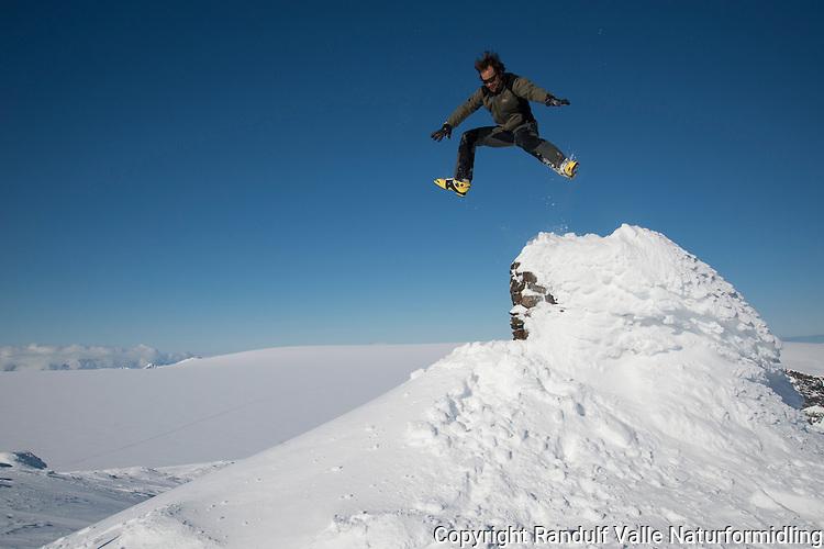 Mann hopper fra varden på Loppatind. Finnmarks høyeste fjell. ---- Man jumping fron cairn on Loppatind.