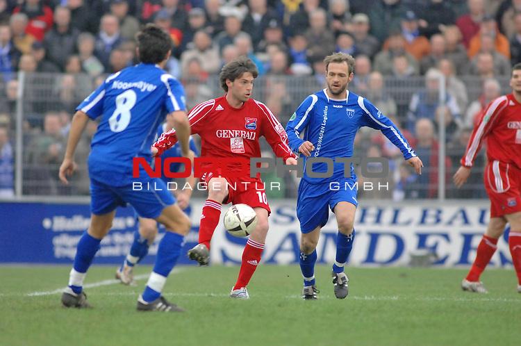 3. FBL 2008/2009 29. Spieltag RŁckrunde BSV Kickers Emden vs. SpVgg Unterhaching, Ricardo Villar (Unterhachingen #10) am Ball, links Tom Moosmeyer (Emden #8) und Thorsten Nehrbauer (Emden #6)  ,<br /> <br />  Foto &copy; nph (nordphoto)