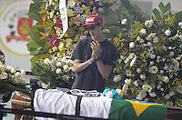 SANTOS, SP, 07 MARÇO 2013 - VELÓRIO CANTOR CHORÃO -Primo de Chorao se despede durante o velorio.O Corpo do vocalista Alexandre Magno Abrão, o Chorão, da banda Charlie Brown Jr., é velado no ginásio esportivo Arena Santos, nesta quinta-feira, 07, na Baixada Santista. Chorão foi encontrado morto na manhã de hoje, em seu apartamento, em São Paulo. (FOTO: ADRIANO LIMA / BRAZIL PHOTO PRESS).