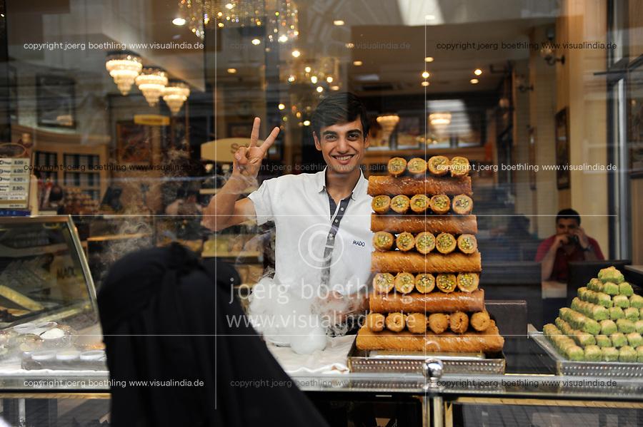 TURKEY Istanbul , restaurant at Istiklal Avenue in the Beyoğlu district, selling Baklava the turkish sweets / TUERKEI Istanbul, Restaurant an der Istiklal Strasse in Beyoğlu, Baklava im Schaufenster