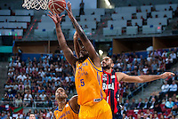 Baskonia's player Adam Hanga and Herbalife Gran Canaria's player Royce O'Neale during the match of the semifinals of Supercopa of La Liga Endesa Madrid. September 23, Spain. 2016. (ALTERPHOTOS/BorjaB.Hojas)