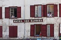 Europe/France/Aquitaine/64/Pyrénées-Atlantiques/Pays-Basque/Bayonne: Courses de vaches lors de Fêtes de Bayonne - Hôtel des basques, place Paul Bert