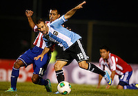 ASUNCION – PARAGUAY – 10-09-2013: Paulo Da Silva  (Izq.) jugador de Paraguay, disputa el balón con Rodrigo Palacio (Der.) jugador  de Argentina, durante partido en el estadio Defensores del Chaco en Asuncion, Paraguay, septiembre10 de 2013. Los seleccionados de Paraguay y Argentina disputan partido en la fecha diez y seis por la clasificatoria a la Copa Mundo FIFA Brasil 2014. (Foto: Photogamma / Javier Garcia M. /VIzzorImage).  Paulo Da Silva  (L) jugador from Paraguay, fights for the ball with Rodrigo Palacio (R) player  from Argentina during game at the Defensores del Chaco Stadium in Asuncion Paraguay, September 10, 2013. The Paraguay and Argentina teams dispute a game on the date sixteen qualifying to the FIFA World Cup Brazil 2014. (Photo: Photogamma / Javier Garcia M. /VIzzorImage)