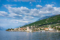 Italy, Veneto, Lake Garda, Torri del Benaco: small harbour at East Bank of Lake Garda with Scaliger Castle | Italien, Venetien, Gardasee, Torri del Benaco: kleiner Hafen am Ostufer des Gardasees mit einer Scaligerburg