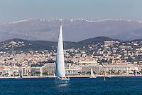 Europe/France/Provence-Alpes-Côte d'Azur/Alpes-Maritimes/Cannes:  Le Front de Mer et la Croisette, en fond les Alpes //    Europe, France, Provence-Alpes-Côte d'Azur, Alpes-Maritimes, Cannes: Cannes: The Waterfront and the Croisette