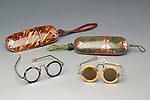 Optik / Brillen. <br /> <br /> - Chinesische Brillen und Brillenetuis, 19./20. Jahrhundert:  Oben links: Etui aus Schildpatt, Kupfer, L&auml;nge 19 cm. / Oben rechts: Etui aus Fischhaut, Kupfer, L&auml;nge 18,5 cm. / Unter links: Brille, Paitung und Schildpatt, zusammeklappt 13 cm.  / Unten rechts: Brille, Silber und Elfenbein, zusammengeklappt 12,5 cm. - <br /> <br /> Privatsammlung.