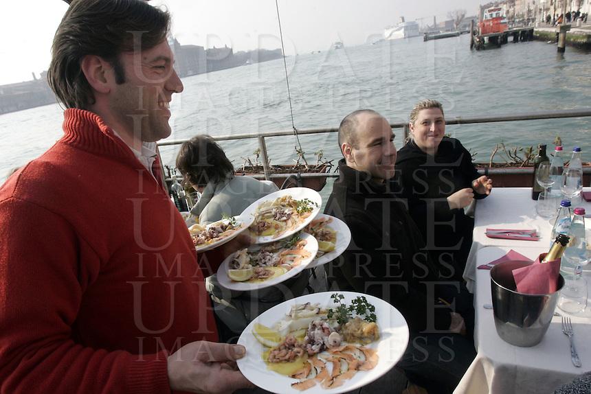 Tavoli all'aperto con affaccio sul mare, al ristorante Casin dei Nobili, a Venezia.<br /> Waterside dining terrace at the Casin dei Nobili restaurant in Venice.<br /> UPDATE IMAGES PRESS/Riccardo De Luca