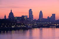"United Kingdom, England, London: Sunrise over the City of London and River Thames from Waterloo Bridge, showing silhouettes of Saint Paul`s Cathedral and the `Gherkin` (also known as Swiss Re Building) | England, London: Sonnenaufgang ueber London, Blick von Waterloo Bridge auf Skyline mit St. Pauls Kathedrale und ""Gherkin"" auch bekannt als Swiss Re Building"