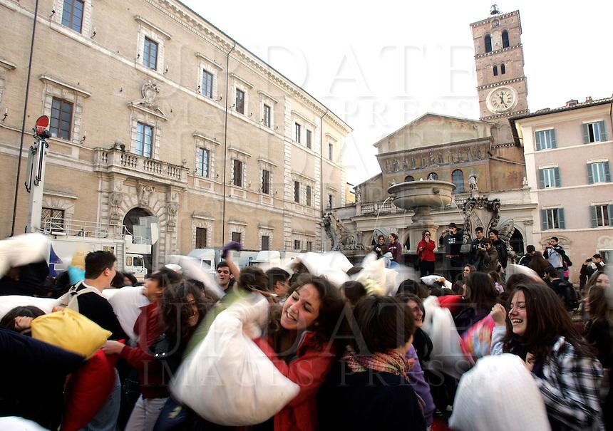 Battaglia dei cuscini in piazza Santa Maria in Trastevere, Roma, 23 dicembre 2009..Pillow fight in St. Mary in Trastevere square in Rome, 23 december 2009..© UPDATE IMAGES PRESS/Riccardo De Luca