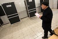 Operazioni di voto in un seggio elettorale in occasione del referendum costituzionale, a Roma, 4 dicembre 2016.<br /> Voters inside a polling station on the occasion of the constitutional referendum, in Rome, 4 December 2016.<br /> UPDATE IMAGES PRESS/Riccardo De Luca