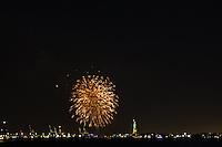NOVA IORQUE, NY, EUA, 01.01.2015 - FOGOS ESTATUA DA LIBERDADE / NEW YORK - Queima de fogos é vista ao lado da Estatua da Liberdade para celebrar a chegada do ano de 2015 em Nova York nos Estados Unidos, nesta quinta-feira, 01. (Foto: William Volcov / Brazil Photo Press).