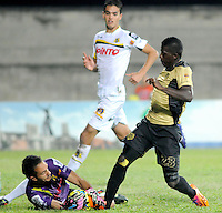 ITAGÜÍ -COLOMBIA-12-03-2014. Yessy Mena (Der) jugador de Itaguí disputa el balón con Ricardo Jerez (Izq) arquero de Alianza Petrolera en partido por la fecha 10 de la Liga Postobon I 2014 jugado en el estadio Metropolitano de Itaguí./ Yessy Mena (R) player of Itagui figths the ball with Ricardo jerez (L) goalkeeper of Alianza Petrolera during match valid for the 10th date of the Postobon League I 2014 played at Metropolitano stadium in Itaguí city.  Photo:VizzorImage/Luis Ríos/STR